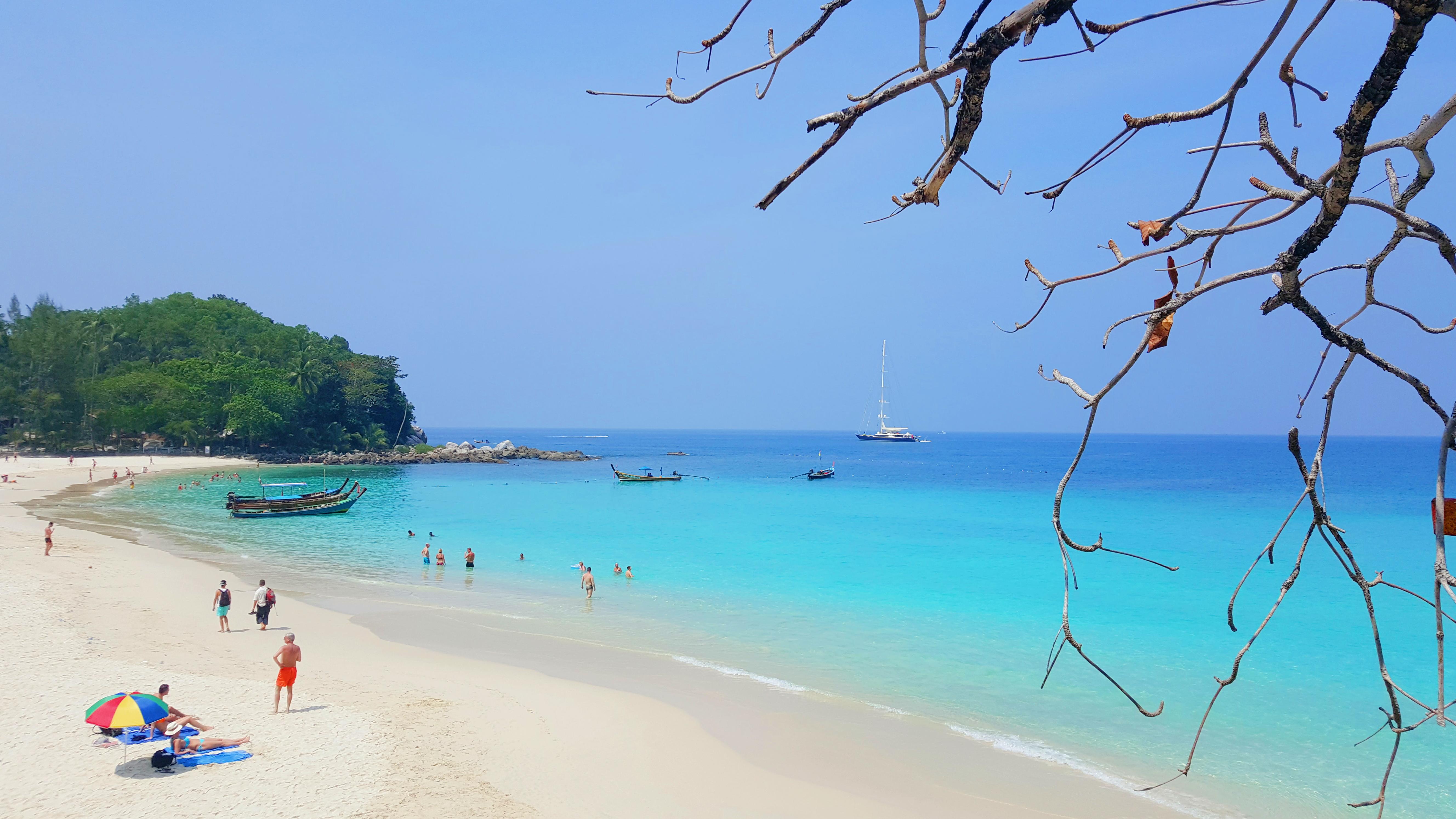 ทะเลใส หาดทรายขาวที่ Freedom Beach จ.ภูเก็ต